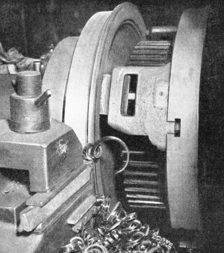 Tyre turning on a powerful wheel-lathe